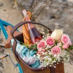 Koszyk rowerowy z kwiatami