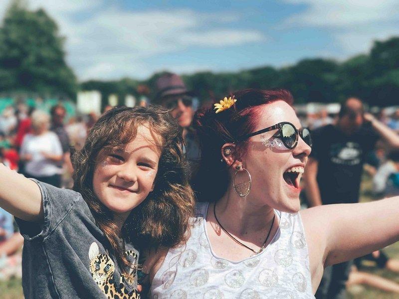 Uśmiechnięta kobieta i chłopiec na festiwalu