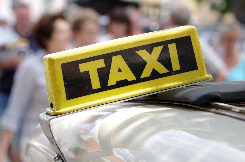 Żółty kogut taxi