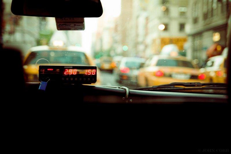 Taksometr w taksówce